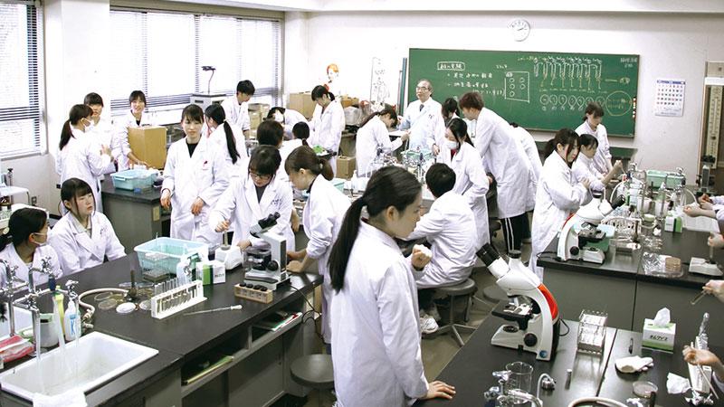 秋田栄養短大_多彩な実験・実習・演習